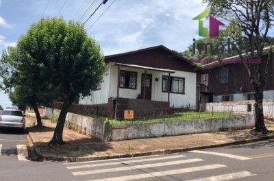 Casa de madeira de esquina no Bairro Bortot